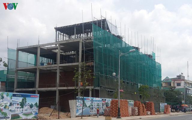 """Công trình xây dựng ở Hà Nội vẫn """"nằm im"""" chờ qua dịch bệnh - Ảnh 1."""