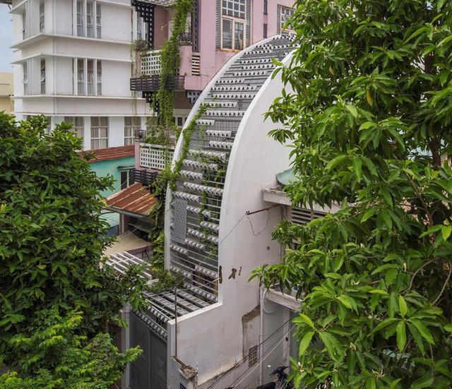Ngôi nhà ống hẹp ở Sài Gòn với mặt tiền uốn cong vô cùng ấn tượng - Ảnh 1.