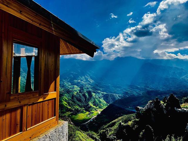 Đẹp ngỡ ngàng ngôi nhà gỗ săn mây trên đỉnh núi ở SaPa - Ảnh 3.