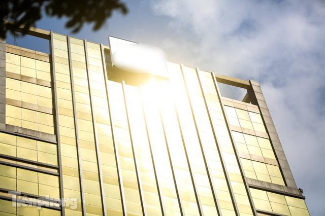 Hà Nội xuất hiện cao ốc dát vàng gây chói lóa trong ngày hè oi bức - Ảnh 4.