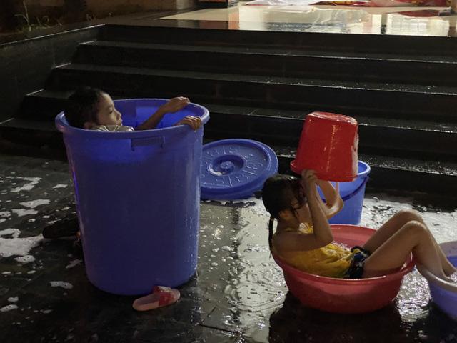 Nắng nóng 40 độ, cư dân chung cư cao cấp tại Hà Nội khổ sở vì bị cắt nước - Ảnh 5.