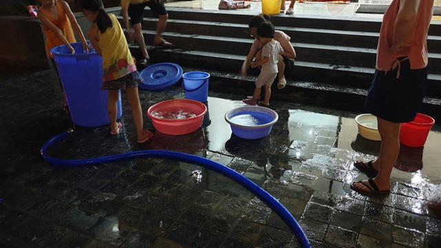 Nắng nóng 40 độ, cư dân chung cư cao cấp tại Hà Nội khổ sở vì bị cắt nước - Ảnh 3.