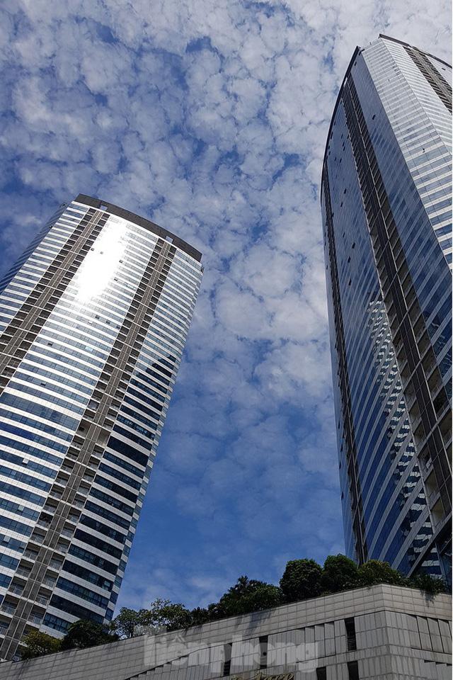 Ngộp thở những khối bê tông khổng lồ vươn trên bầu trời ngày nắng nóng - Ảnh 14.