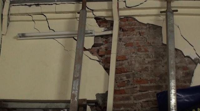 Hà Nội: Dân phố cổ đứng ngồi không yên trong ngôi nhà nứt toác, siêu vẹo, có thể đổ sập bất cứ lúc nào - Ảnh 4.
