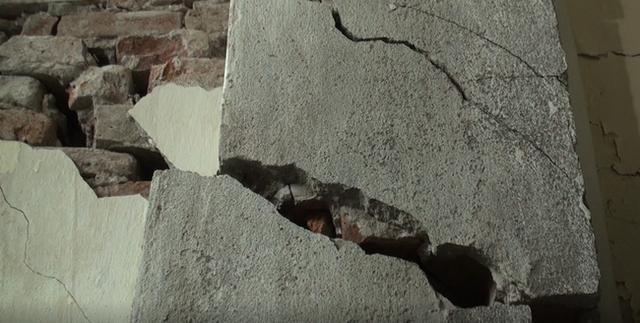Hà Nội: Dân phố cổ đứng ngồi không yên trong ngôi nhà nứt toác, siêu vẹo, có thể đổ sập bất cứ lúc nào - Ảnh 8.